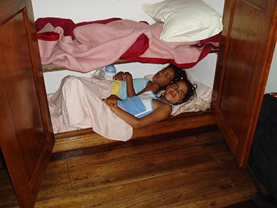 I et forsøg på at sympatisere med de malagasy børnenes dårlige forhold sov de i et skab???
