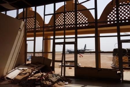 Afgangshallen i den lufthavn vi oftest flyver til er bombet synder, glem alt om taxfree.