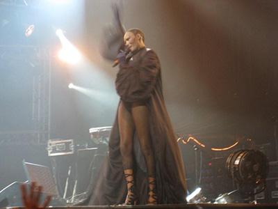 Bæssemor med smæk i, da hun for en kort stund havde dækket sig til i en Zorro kappe med ærmer.