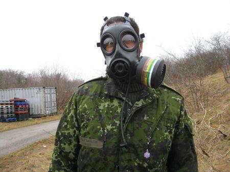 Glæden over at få lov at gå tur iført gasmaske er jo indlysende...