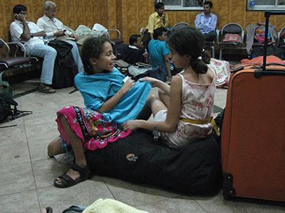 Mens ventetiden på Mumbai station stadig gik ubekymret, før natten faldt på.