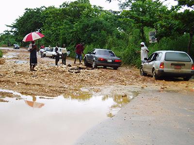 Hvor der stadig var veje var der totalt mudder kaos.