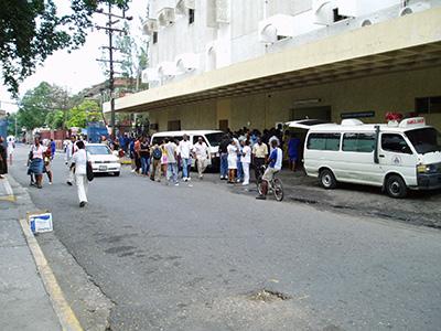 Hovedparten af de Jamaicanske traumer kommer her til indgangen på KRH, altid aktivitet.
