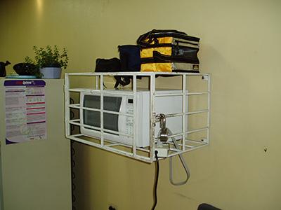 Man passer godt på tingene på operationsgangen, hvis du vil ha' varm mad må du finde hende med nøglen først.